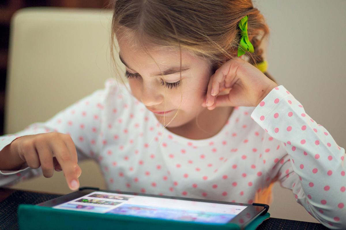 girl-tablet